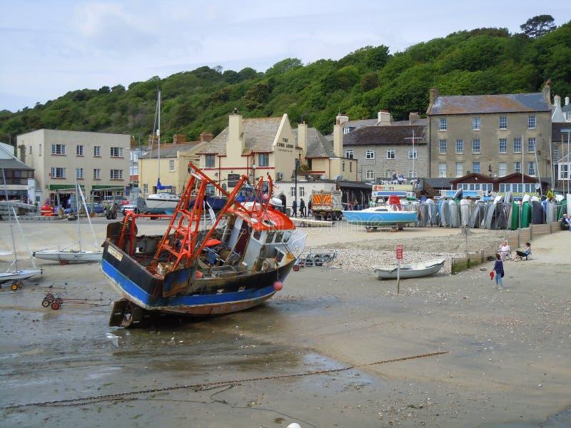Fiskebåtsammanträde på hamnbotten royaltyfria foton