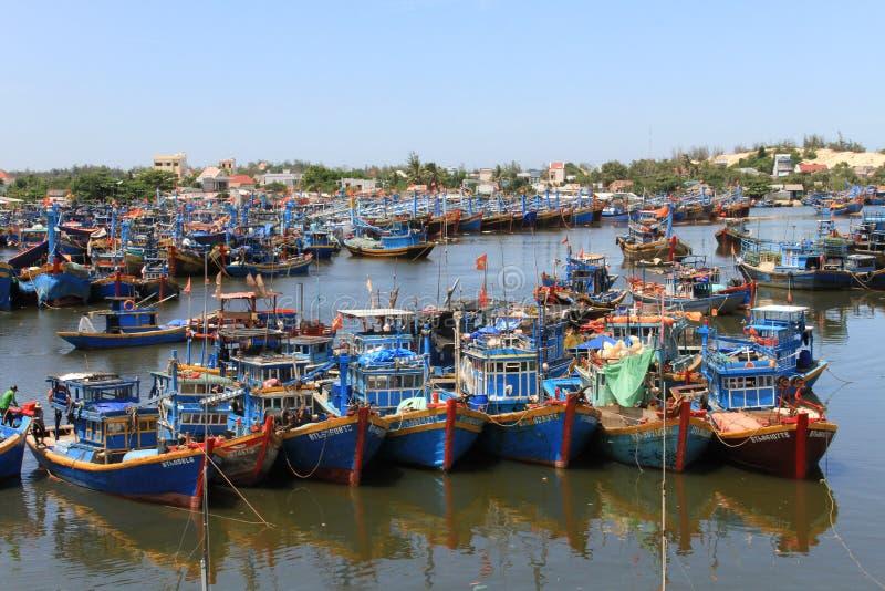 Fiskehamn med färgrika fartyg i Ham Thuan Nam Township, Binh Thuan Province, Vietnam royaltyfri fotografi