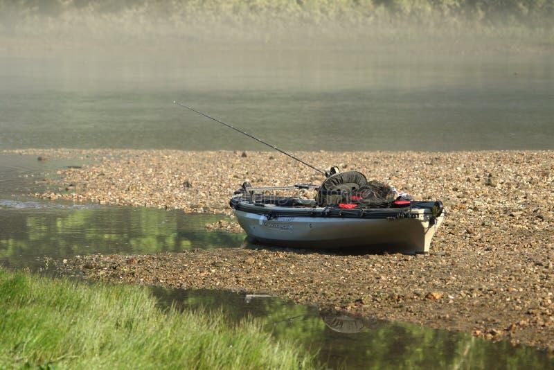 Fiskekajakrigg som är klar att gå royaltyfri bild