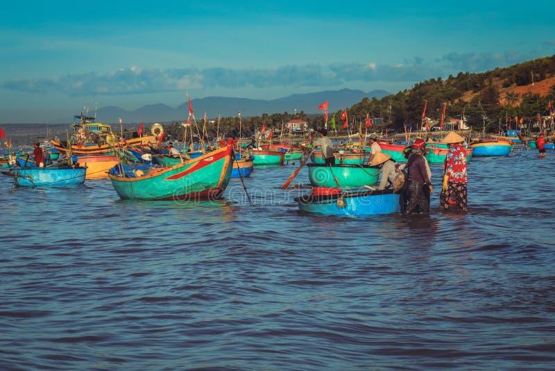 Fiskeläge i Mui ne som är full av vietnamesiska fiskare på stranden royaltyfri foto