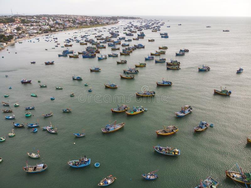 Fiskel?ge i Mui Ne, Vietnam Mycket gamla fiskebåtar i det fattiga fiskeläget av Vietnam royaltyfria foton