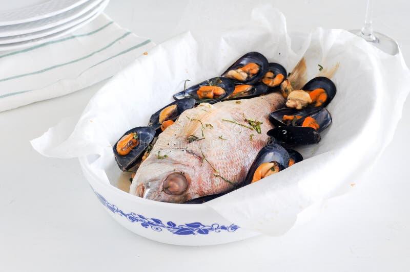 Fisken lagade mat braxen som bakades med musslor royaltyfria bilder