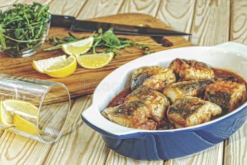 Fisken tonfisk, bakade, italiensk kokkonst, fiskbiffar, tomatsås, w fotografering för bildbyråer