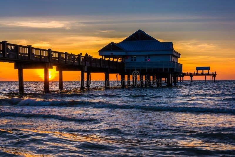 Fiskepir i golfen av Mexico på solnedgången, Clearwater strand, arkivbilder
