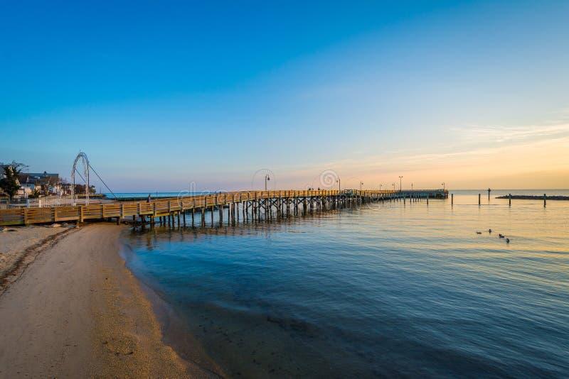 Fiskepir och Chesapeakefjärden på soluppgång, i den norr stranden, arkivbilder