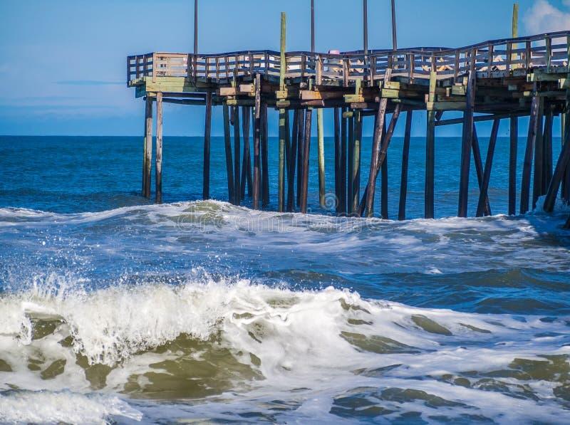 Fiskepir på den sandiga stranden arkivfoto