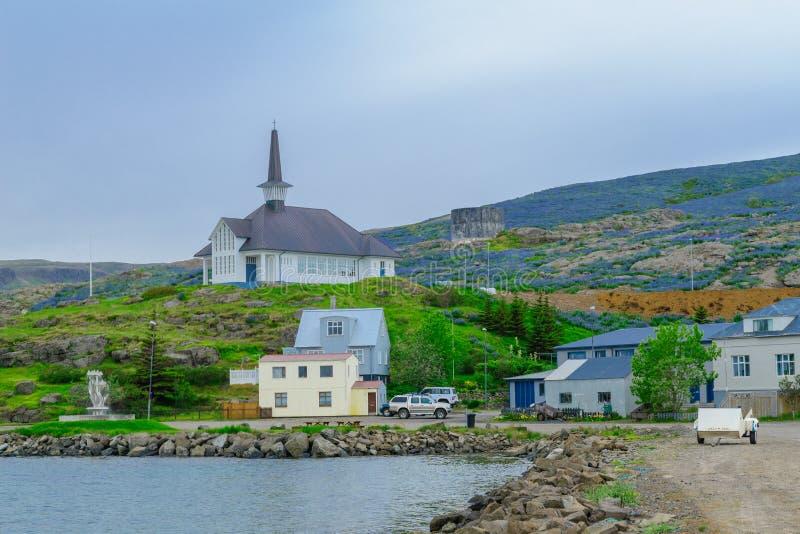 Fiskeport och kyrkan i Holmavik fotografering för bildbyråer