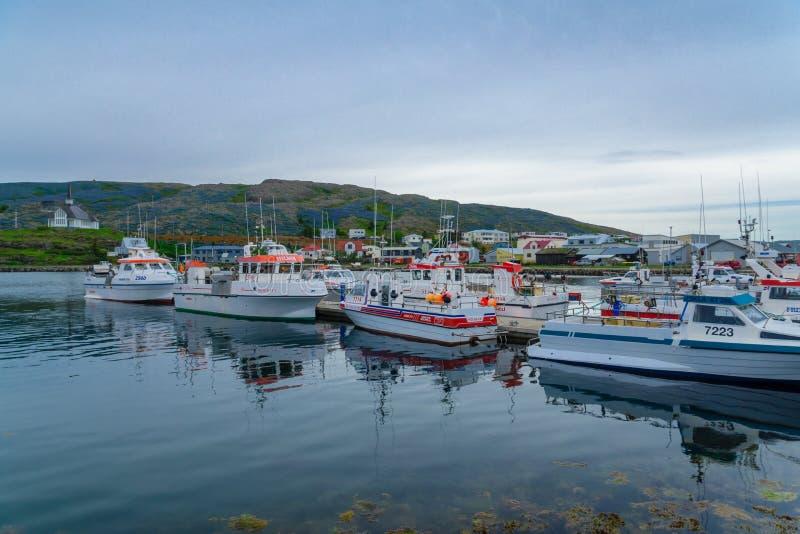 Fiskeport och kyrkan i Holmavik royaltyfri foto