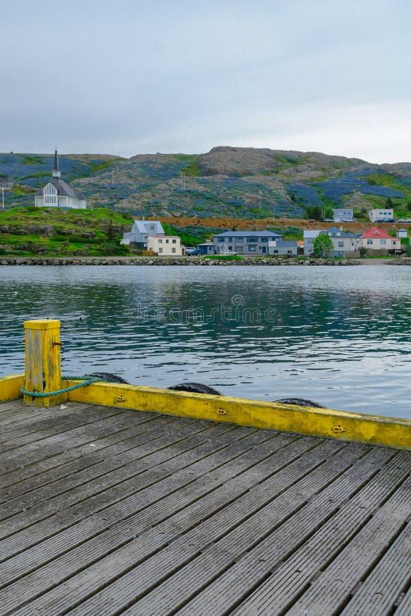 Fiskeport och kyrkan i Holmavik royaltyfri fotografi