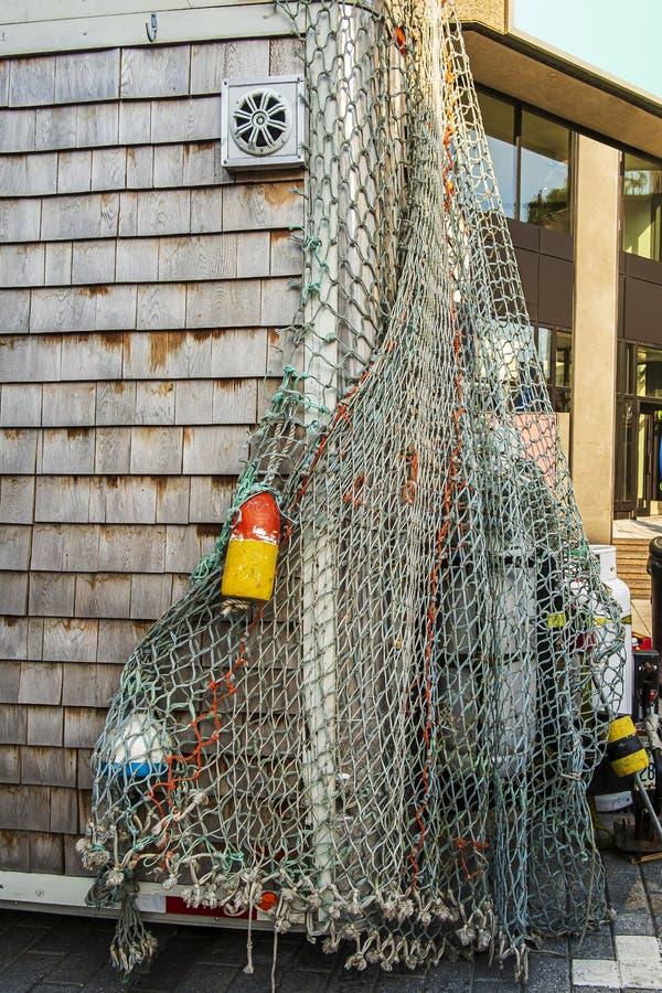 Fiskeredskap och tillbehör som hänger på en hut royaltyfri fotografi