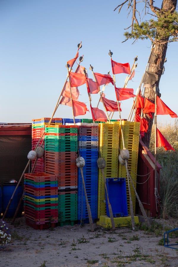 Fiskespjällådor och röda flaggor royaltyfri foto