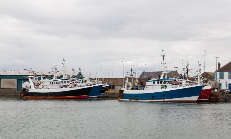 Fisketrålare som förtöjas på kajen arkivbild