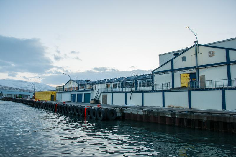 Fiskfabrik på pir arkivbild
