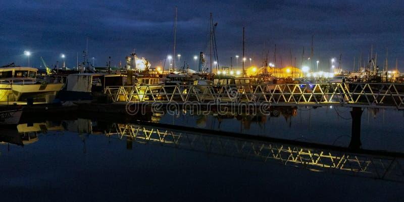 Fiskfartyg som förtöjas på natten i Poole, Dorset, England royaltyfri bild