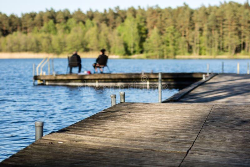 Fiskfiske på en sjö i Centraleuropa Sportfiskare som fiskar på royaltyfri foto