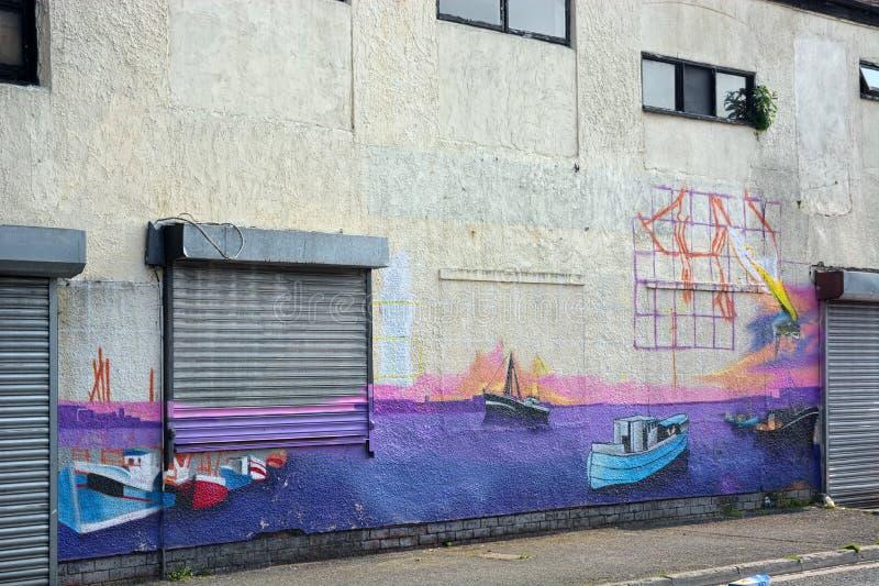 Fiskhandlare målade väggmålningen på väggen arkivbild
