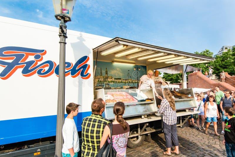 Fiskhandlare på den gamla fiskmarknaden vid hamnen i Hamburg, Tyskland royaltyfria bilder