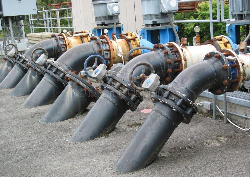 fiskhatcheryen pipes vatten royaltyfri bild