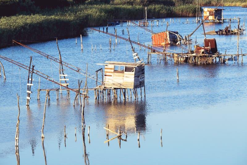 Fisklantbruk, traditionella fisknät, gammal fiskfälla på laguna i Ulcinj i Montenegro Fiskare Cabins på port Milena Canal gammalt royaltyfri bild