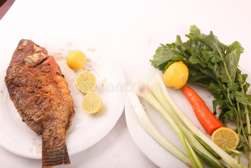 Fiskmål med sallad royaltyfria bilder