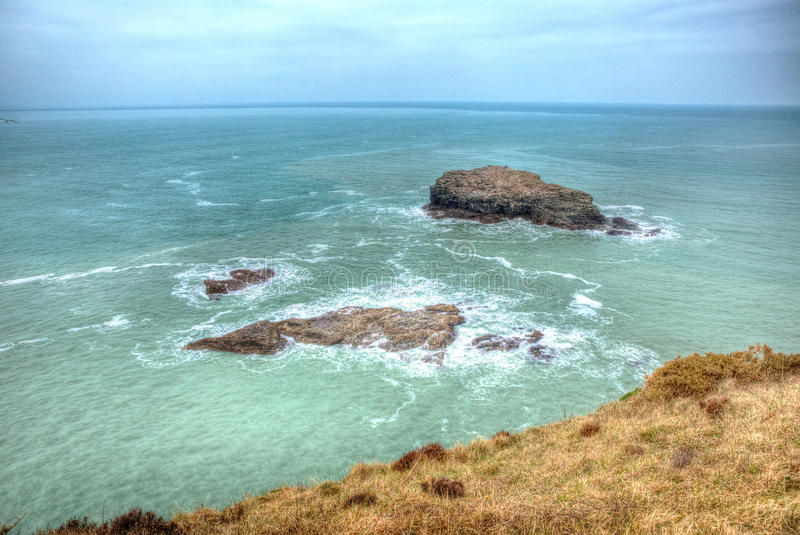 Fiskmåsen vaggar Portreath norr Cornwall England UK mellan St Agnes och Godrevy i HDR arkivbild