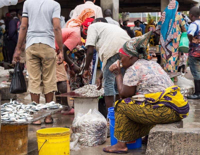 Fiskmarknad i Sar es Salaam, Tanzania arkivfoton