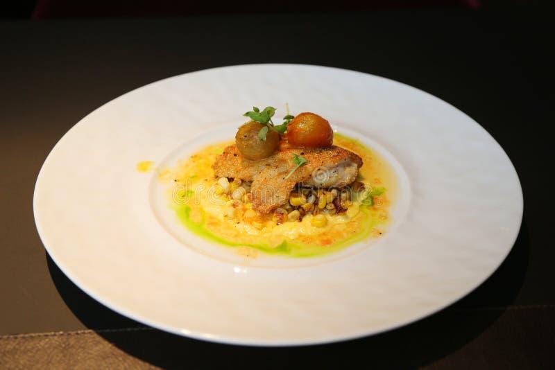 Fiskmaträtt som tjänas som i gourmet- restaurang royaltyfria bilder