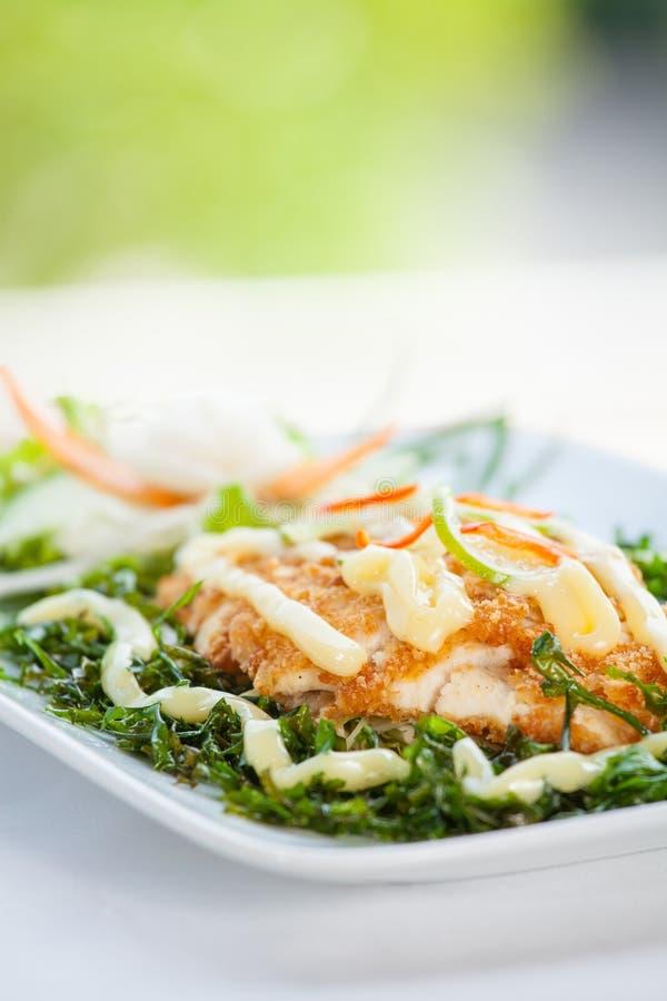 Fiskmaträtt - stekt fiskfilé arkivbild