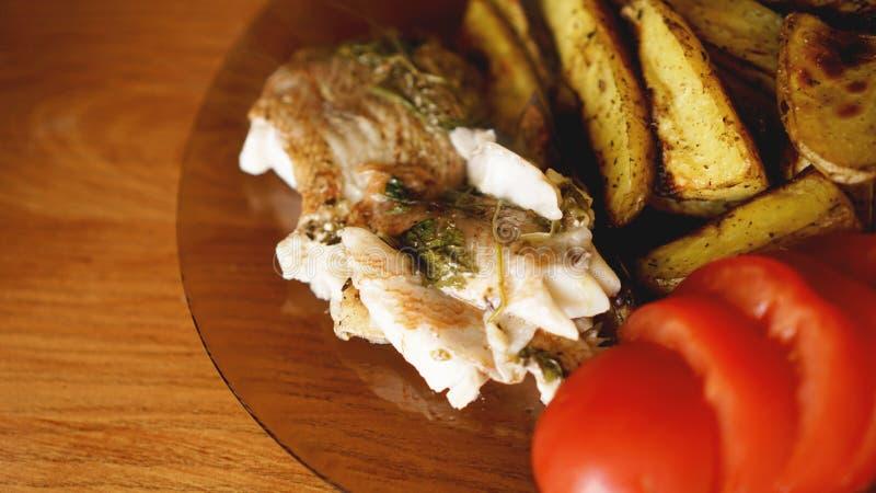 Fiskmatr?tt - stekt fiskfil? med stekte potatisar och gr?nsaker royaltyfria bilder