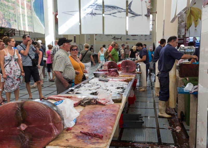 Fisksäljare på Mercado DOS Lavradores, den berömda fisken och havs- marknad av Funchal, madeira royaltyfria bilder