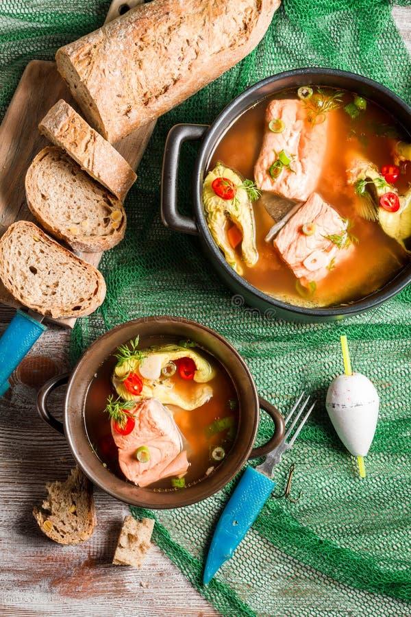Fisksoppa med dill- och chilipeppar arkivbilder