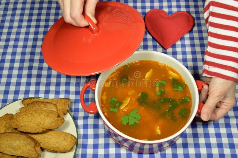 Fisksoppa och ett bröd royaltyfri bild