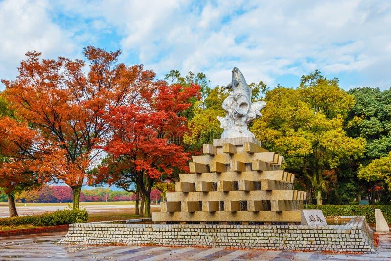 Fiskspringbrunn på den Hiroshima Central Park fotografering för bildbyråer