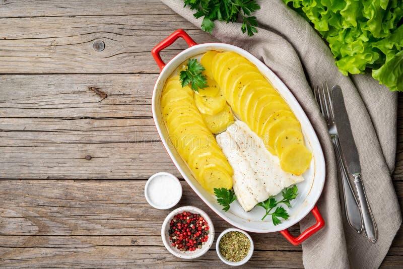 Fisktorsk som bakas i ugn med den sunda potatisar och kryddan - banta fo royaltyfria foton