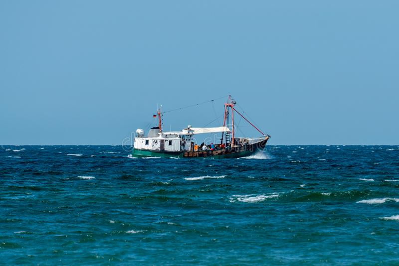 Fisktrålare på det baltiska havet på en solig dag arkivbilder