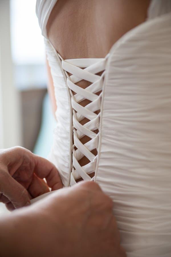 Fissaggio indietro del vestito bianco immagini stock