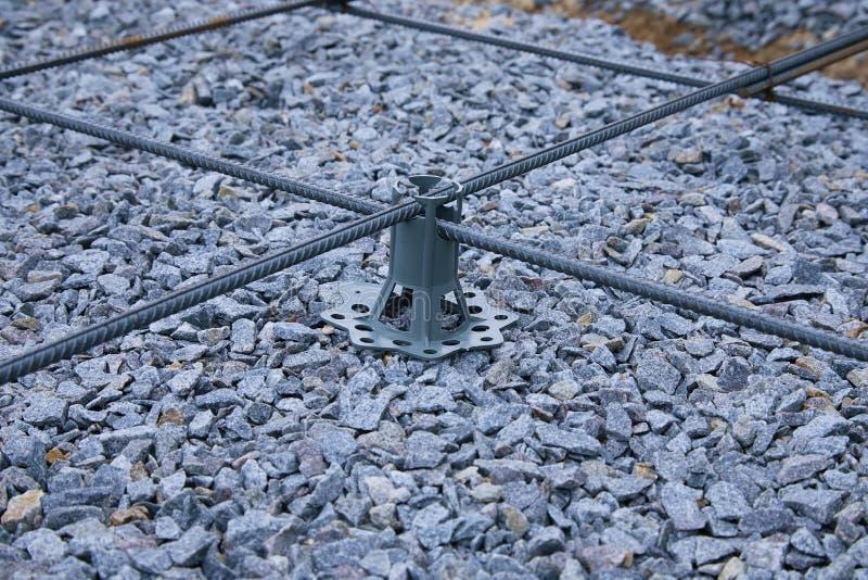 Fissatori di plastica di rinforzo Rete metallica di filo di ferro per i pavimenti concreting delle costruzioni fotografia stock