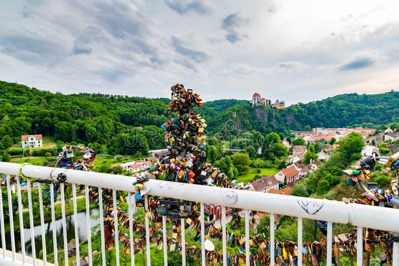 Fissi il ponte come simbolo di amore nel villaggio di Vranov, repubblica Ceca Vista panoramica per fortificare Vranov fotografia stock