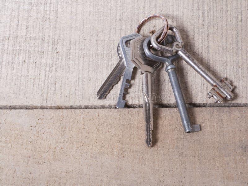 Fissi le chiavi differenti ordinate od su fondo di legno fotografie stock libere da diritti