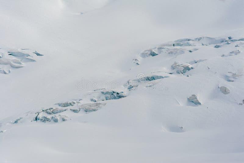 Fissuras cobertos de neve e seracs da geleira no campo de neve foto de stock