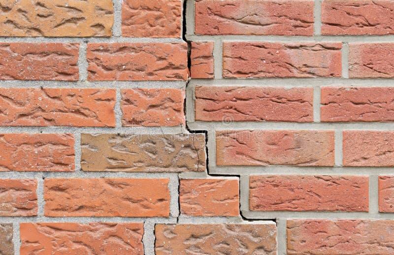 Fissure dans le mur de briques Configuration de fond images stock