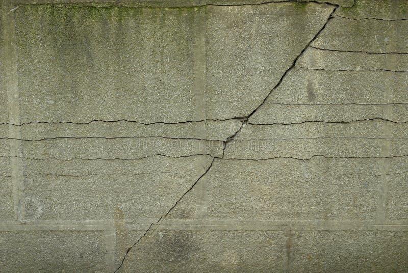 Fissure prononcée dans un mur fonctionnant diagonalement photos stock