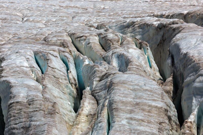 Fissures dans le petit glacier d'Azau sur le mont Elbrouz photo stock