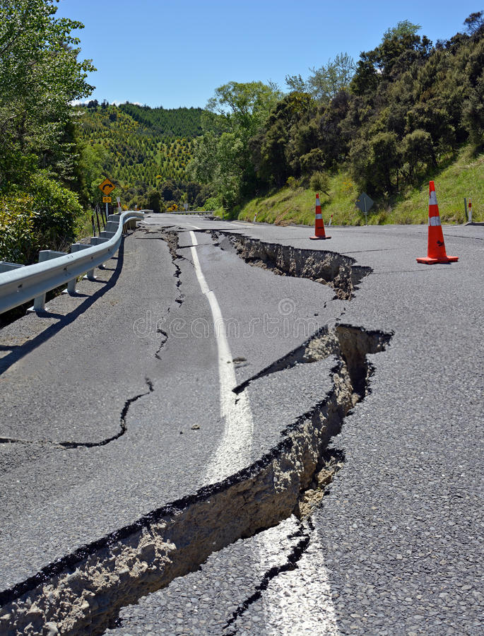 Fissures massives de route de tremblement de terre dans Kaikoura, Nouvelle-Zélande photo stock