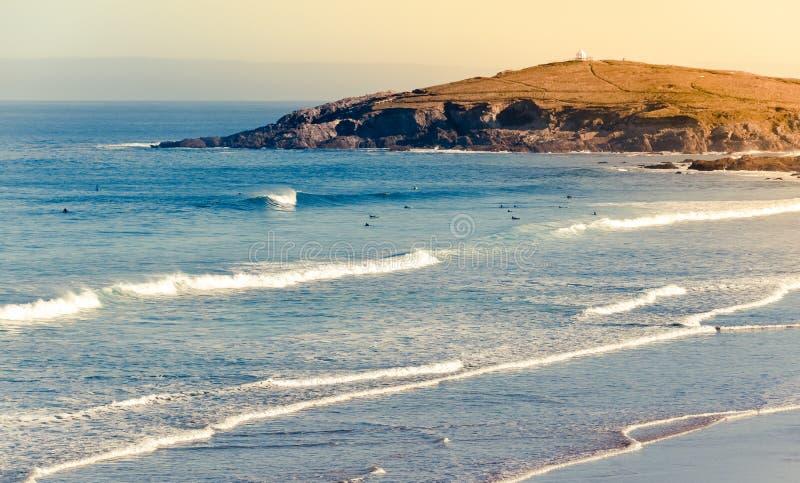 Fistral-Strand am sonnigen Herbsttag in Cornwall lizenzfreie stockfotos