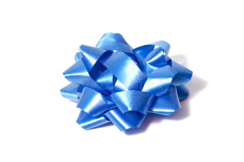 Fita azul do cetim amarrada em uma curva isolada no fundo branco Empacotamento e decoração para o presente de época natalícia ou  imagem de stock