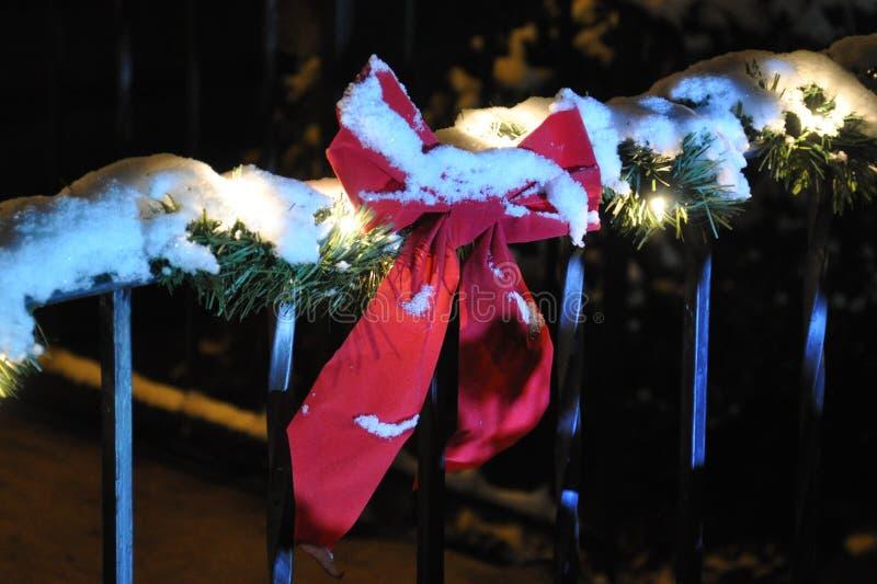 Fita coberto de neve e festão imagem de stock