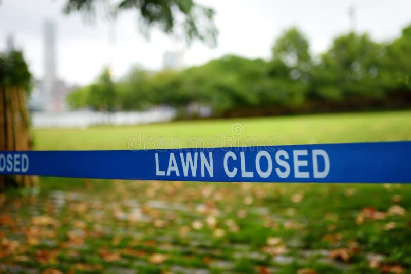 Fita com gravação 'Lawn Closed' significa que o acesso ao gramado é proibido imagens de stock