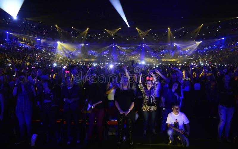 A fita cor-de-rosa une a audiência, concerto da música, fãs superiores foto de stock