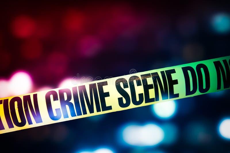 Fita da cena do crime com luzes vermelhas e azuis no fundo fotografia de stock royalty free
